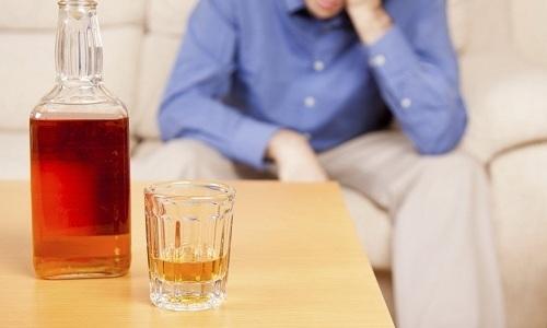 Неприятные ощущения при посещении туалета нередко становятся следствием злоупотребления алкоголем