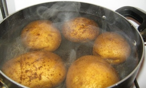 Горячий, отваренный в кожуре картофель (500-700 г) разминают, заворачивают в полиэтиленовый пакет, затем в полотенце и прикладывают к нижней части живота