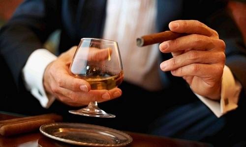 Курение и злоупотребление алкогольными напитками может спровоцировать развитие рака почек
