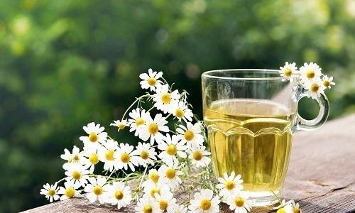 Отлично снимает воспаление при болезнях мочеполовой системы ромашковый чай