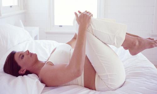 При выполнении упражнений Кегеля женщинам необходимо напрягать мышцы тазового дна и тренироваться прерывать мочеиспускание несколько раз