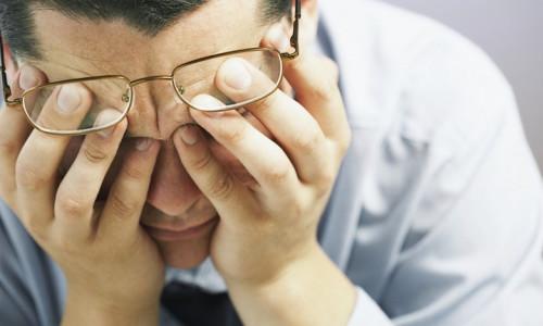 Патологическое состояние, при котором после мочеиспускания капает моча, называется дриблингом, болезнь наиболее характерна для мужчин старше 30 лет, однако иногда обнаруживается у женщин и детей