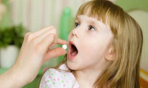 Для детей 2 лет и старше в схему лечения включают симптоматические препараты