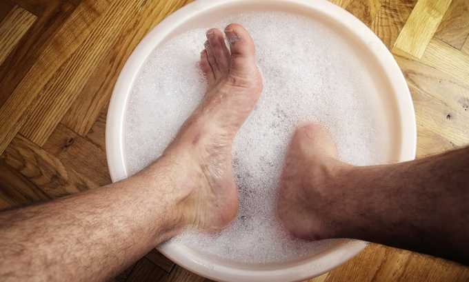 Если имеются противопоказания к приему общих ванн (сердечно-сосудистые заболевания, болезни почек), делаются местные ванночки, больной садится на стул и опускает ноги в таз с теплой водой, нагретой до +37ºC