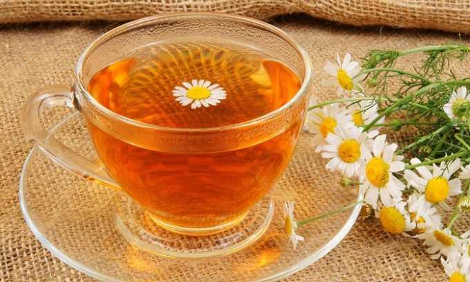 Чтобы приготовить настой ромашки, 2 ст. л. цветков нужно залить кипятком (2 стакана). Жидкость томят на водяной бане 3-5 минут, затем настаивают полчаса и фильтруют. Приготовленный раствор нужно выпить в течение дня, разделив на 4 порции