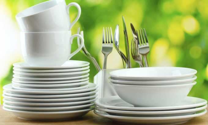 Передача бактерий, провоцирующих цистит, может произойти из-за плохо вымытой посуды в местах общественного питания