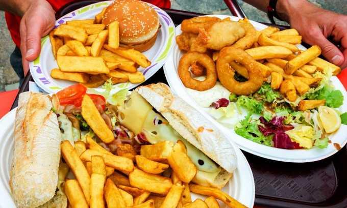 От жирных, жареных и острых блюд полностью отказываются