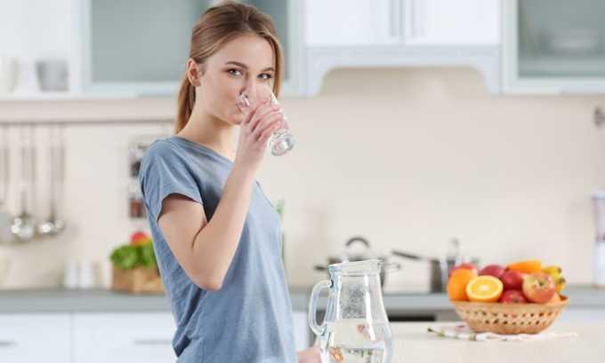 При цистите необходимо пить много жидкости: так организм будет быстрее очищаться от инфекции
