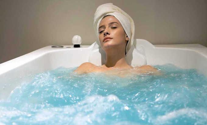 Ванну с ромашкой нужно слегка остудить и сидеть в ванне до полного остывания лечебного средства