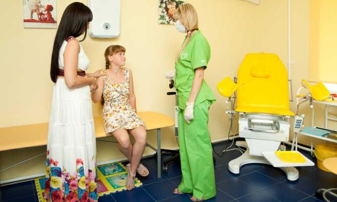 Если в больнице есть детский гинеколог, он займется лечением пациентки, у которой есть признаки инфекции