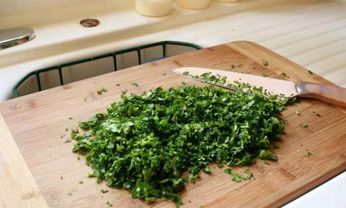 При цистите часто используется петрушка. Свежие листья растения измельчают и заливают их кипятком (на 2 ст. л. сырья 2 стакана воды)