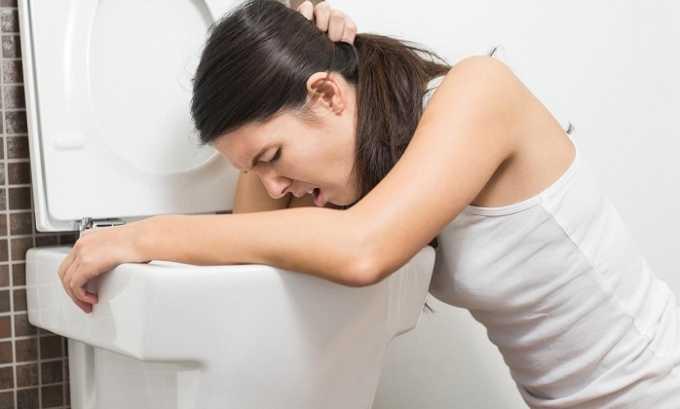 Кроме прозрачной урины, симптомами развивающейся болезни являются тошнота и рвота