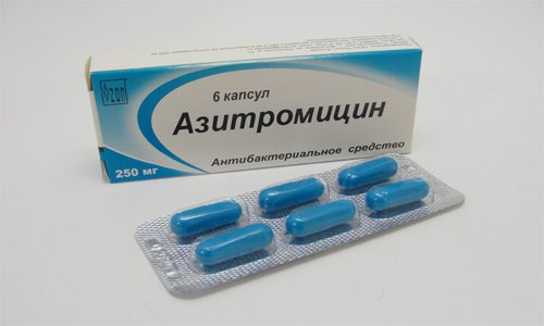 Лекарство последнего поколения Азитромицин проникает в молоко в маленьких дозах и является безопасными для детей, т. е. разрешенным в период грудного вскармливания