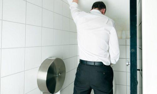 Цистит у мужчин - это воспалительный процесс, поражающий слизистую оболочку мочевого пузыря и приводящий к сбоям в его функционировании