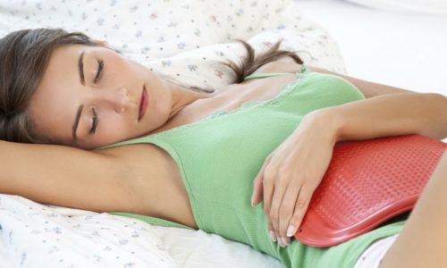 Уменьшить интенсивность болевых ощущений до посещения врача можно при помощи теплой грелки