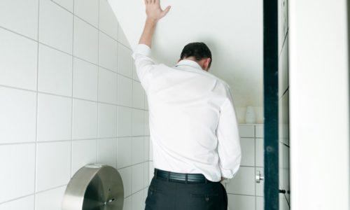 Характерно частое мочеиспускание, при котором урина выделяется маленькими порциями