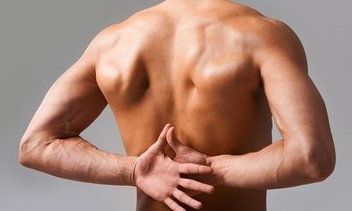 При застуженном мочевом пузыре у мужчины может появиться боль в пояснице