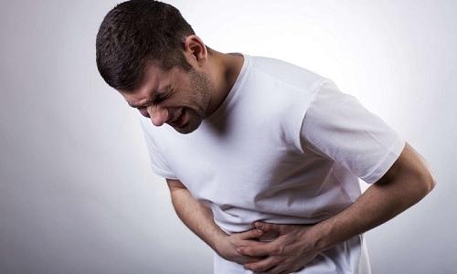 При большом размере камней в почках у мужчины появляется боль в животе