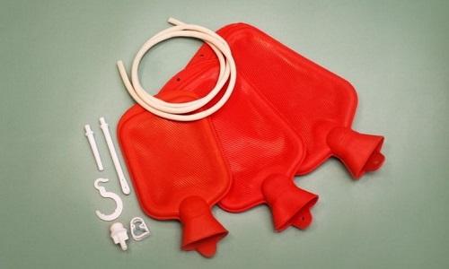 Для омывания влагалища можно использовать чашу Эсмарха (грелка с трубками)