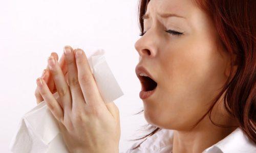 Признаком слабого мочевого пузыря у женщин является подтекание урины во время сильного кашля или чихания