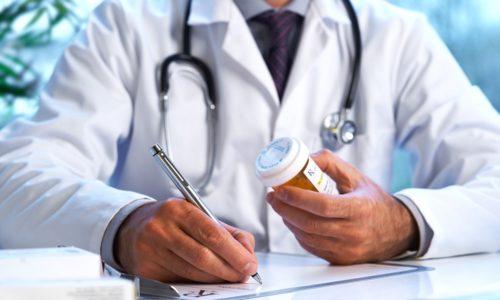 После осмотра пациента в больнице и проведения дополнительных обследований уролог определяет схему медикаментозной терапии