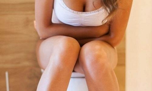 Кровь в моче может сопровождаться болью внизу живота и в половых органах