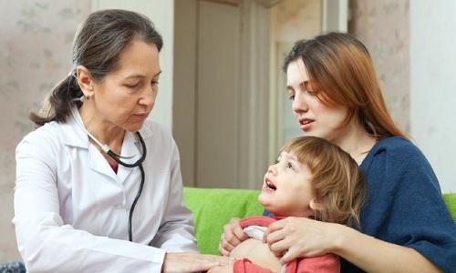 При подозрении на приступ цистита ребенка необходимо показать врачу, т. к. несвоевременное и неправильное лечение может привести к опасным последствиям