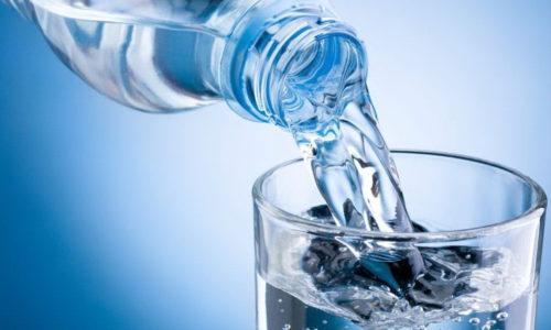 При цистите рекомендуется слабощелочная минеральная вода без газа, применяемая при лечении урологических заболеваний