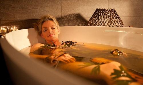 Теплая сидячая ванна с травами оказывает противовоспалительное и антисептическое действие, помогает снять боль и рези при обострении патологии