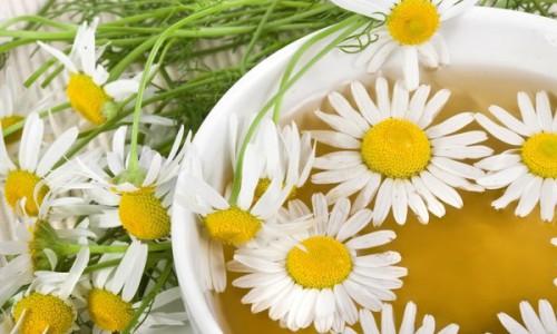 В качестве народных рецептов используют ромашковые ванночки