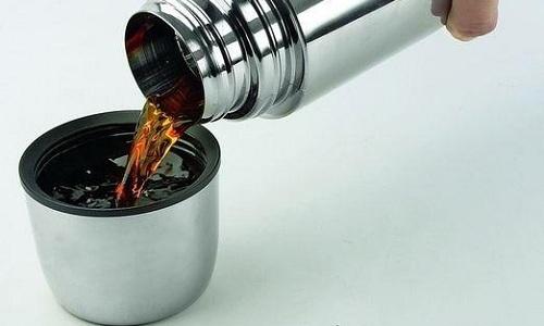 Для приготовления чая нужно засыпать плоды шиповника в термос, залить водой и настоять