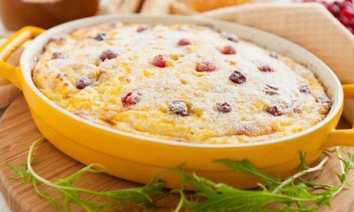 Если трудно отказаться от сладкого, можно приготовить диетический творожный пудинг с яблоками