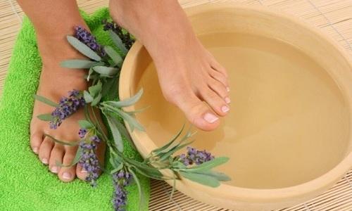 Облегчают состояние больного теплые ванны для ног продолжительностью 10-15 минут