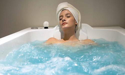 Тёплая ванна часто используется в качестве эффективного способа, позволяющего быстро избавиться от дискомфортных ощущений в разных областях организма