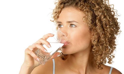 Чтобы эффективно вылечить воспаление мочевого пузыря у кормящей матери, необходимо в сутки употреблять не менее 1,5 л жидкости