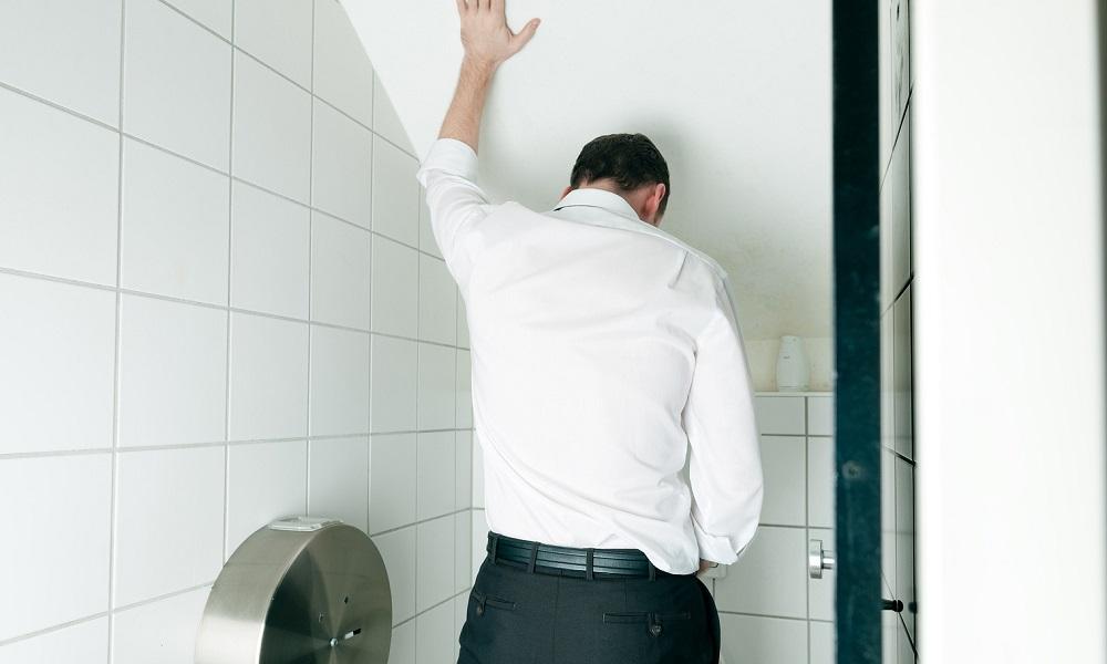 Порно фото члена мужчины в туалете