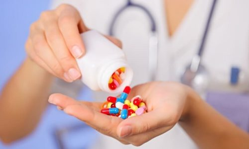 При цистите (воспалении мочевого пузыря) комплексная терапия включает и применение лекарств, устраняющих боль и уничтожающих микробов