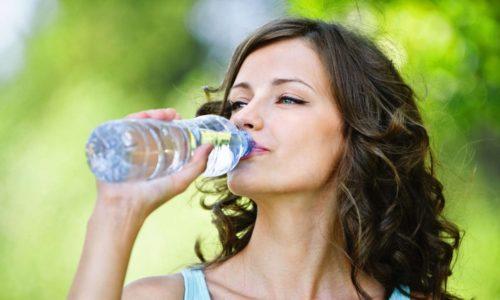 При отсутствии противопоказаний, таких как гипертоническая болезнь, тяжелая сердечная недостаточность и т. д. необходимо употребление большого количества жидкости - не менее 2,5-3 л в сутки