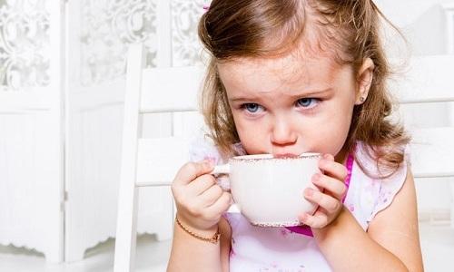 Настой из зверобоя, корня солодки, ромашки, календулы и цветков липы хорошо подходит для лечения цистита у детей